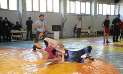 Genç güreşçilerin mücadelesi nefes kesti
