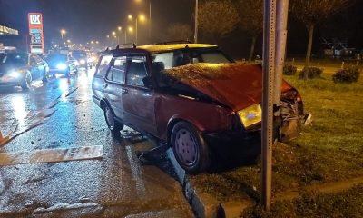 Otomobil trafik lambasına çarptı: 2 yaralı