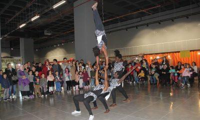 Çocuklar sihirbaz ve akrobasi gösterisi ile eğlendi