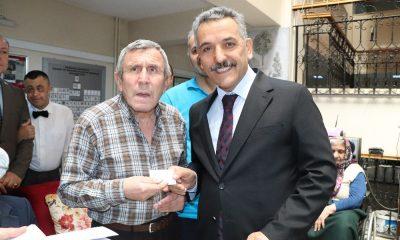 Huzurevi sakinleri yeni kimlik kartlarını Vali Kaymak'ın elinden aldı