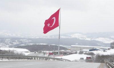 Kar ve 2 bin metrekarelik dev Türk bayrağı güzelliği