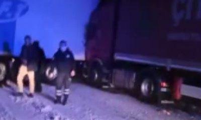 Karda kayan tırlar birbirine girdi, trafik felç oldu