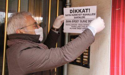 """Mahalleyi virüsten korumak isteyen muhtardan """"Bana bir şey olmaz"""" afişleri"""