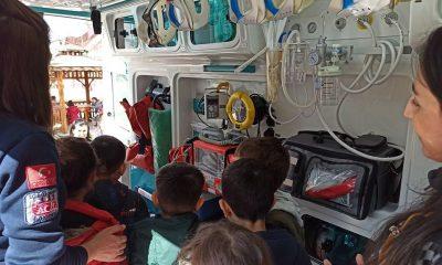 Minik öğrenciler ambulans hakkında bilgilendirildi