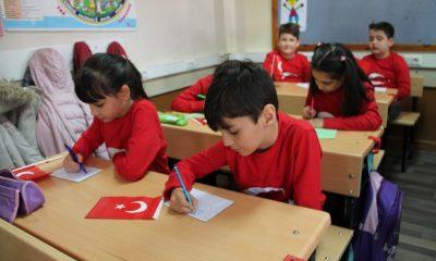 Öğrencilerden Mehmetçiğe mektuplu, Türk bayraklı destek