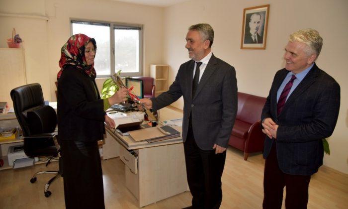 Rektör Bilgiç'ten kadın çalışanlara karanfil