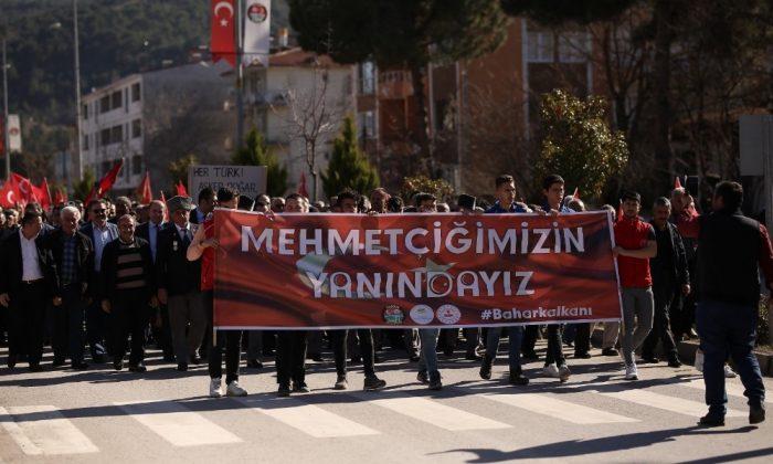 Şehitler için bayrak yürüyüşü