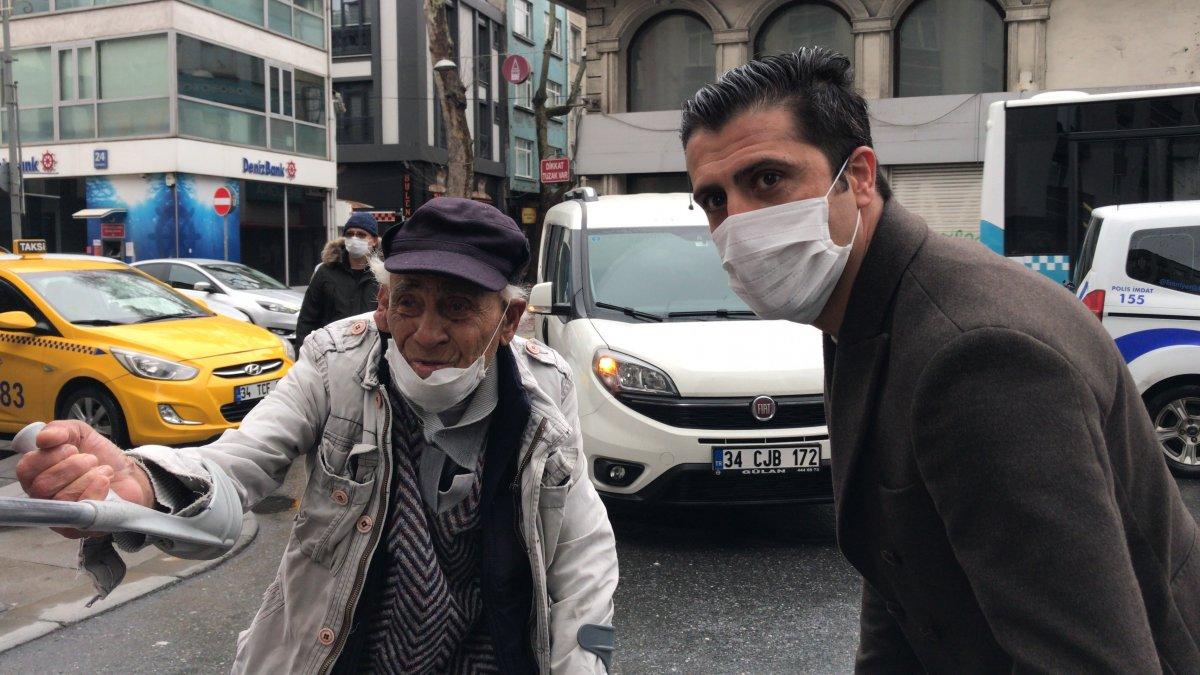 Koltuk değnekleriyle dışarıya çıkan yaşlı adam