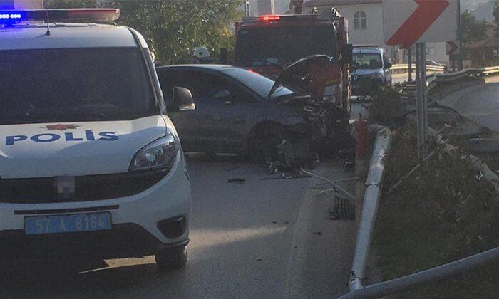 Virajı alamayan sürücü aydınlatma direğine çarptı